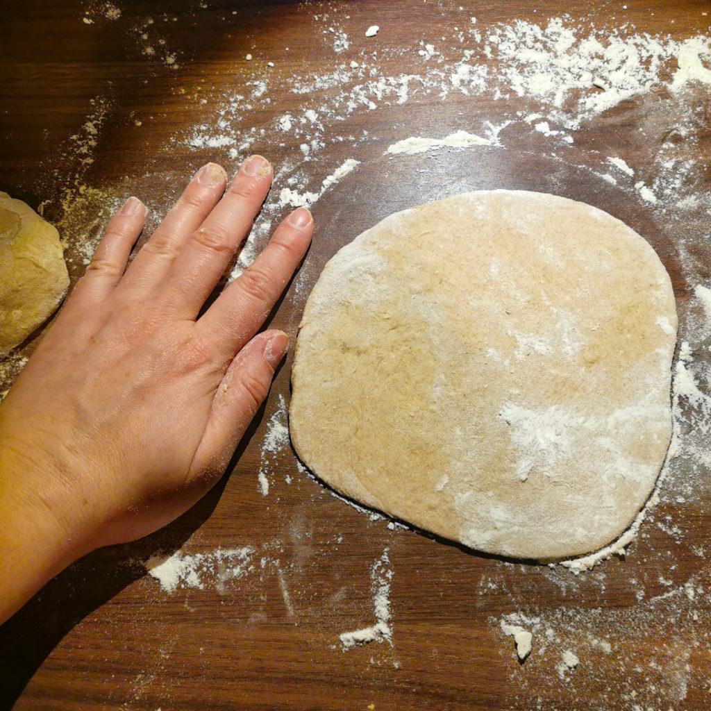 wałkowanie ciasta na drożdżówki z dżemem